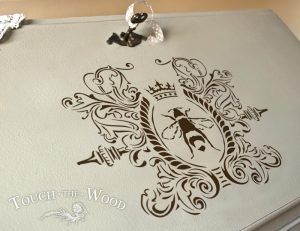 Preview of Shabby Chic Stencil - Queen Bee in Wreath